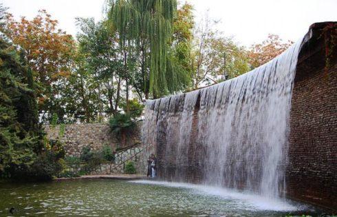آبشار در باغ لاله های کرج