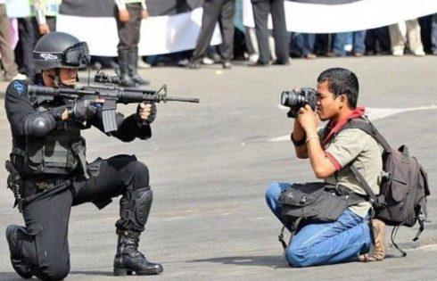 خبرنگار جلوی شلیک گلوله