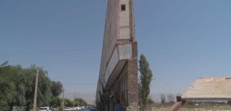 ساختمانی کم عرض در هشتگرد که گردنش از مو باریکتره