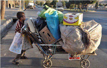 پیمانکاران شهرداری کرج کودکان را برای زبالهگردی استخدام میکنند
