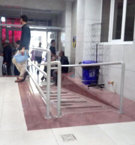 پیام شهروندی\ورودی درمانگاهِ بیمارستان شهید مدنی کرج،قسمت ویلچر رو