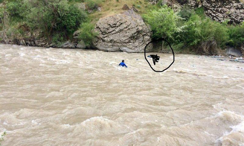 خانومی حدودا ۲۰ ساله داخل رودخانه کرج سقوط کرد