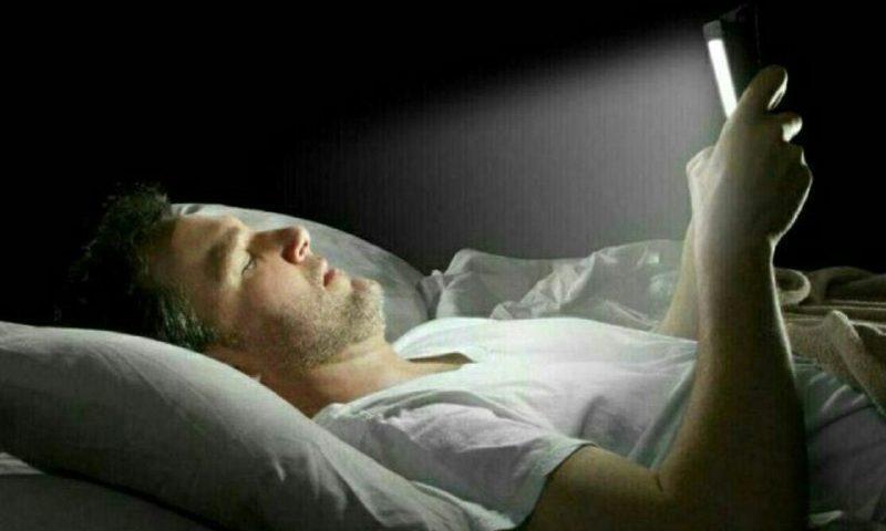 خوابیده با گوشی کار نکنید