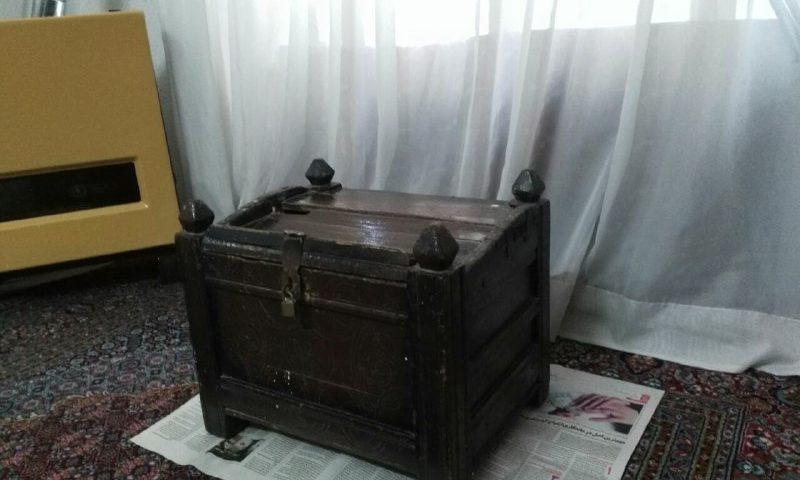 """صندوق چوبی موسوم به """" مجلی"""" که در واریان قدیم برای نگهداری اسناد و مدارک از آن استفاده می شد"""