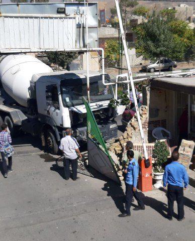 ️برخورد کامیون با دیوار خدمات شهری منطقه۲ شهرداری کرج
