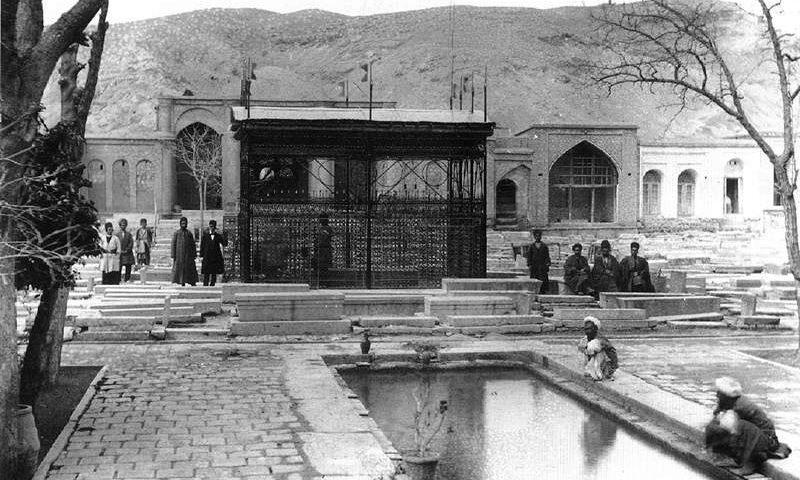 تصویری از آرامگاه حافظ در دورا